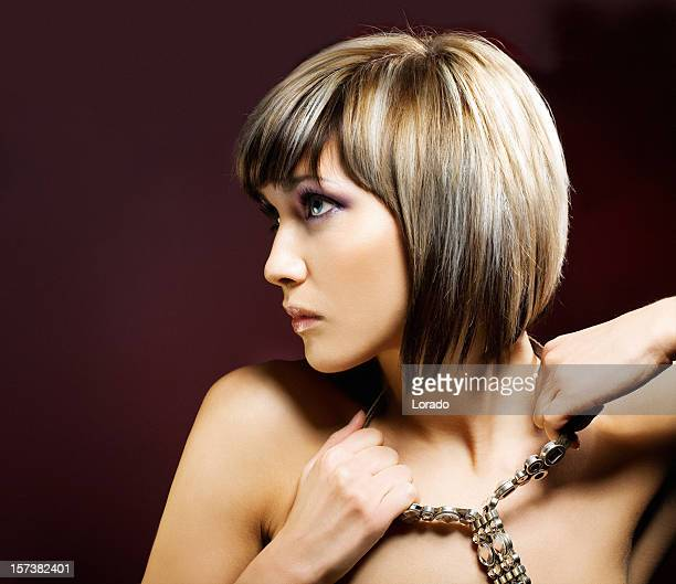 Femme, déchirer collier séance complète de la tête