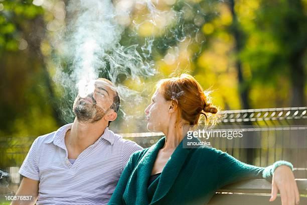 Mujer personalizar su novio para terminar, para fumadores