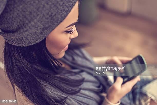 Frau SMS auf Smartphone.