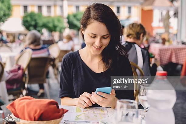 Femme dans un café envoyer des SMS