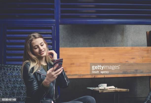 Femme SMS au café