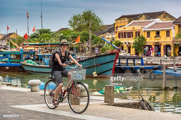 Frau Tourist Radfahren in Hoi An City, Vietnam