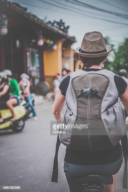 Femme cycliste touristiques de Hoi An ville, Vietnam