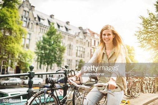 女性のアムステルダム観光のサイクリング