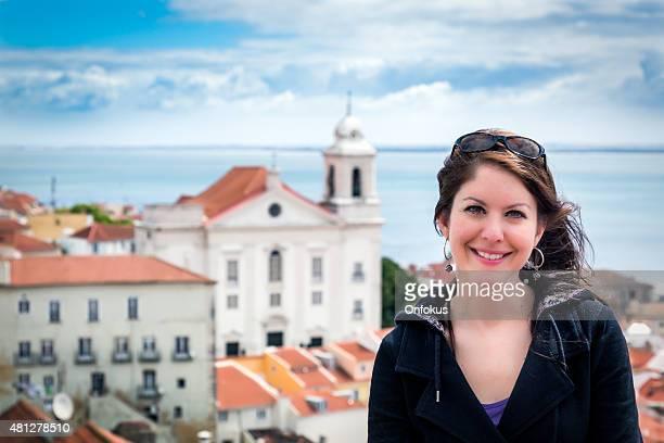 Femme souriant touristique de Lisbonne, au Portugal