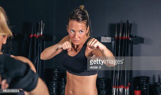 Mulher treinar no ginásio de Boxe : Foto de stock