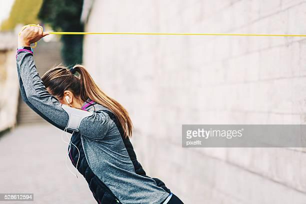 Frau Trainieren mit einem Widerstand band