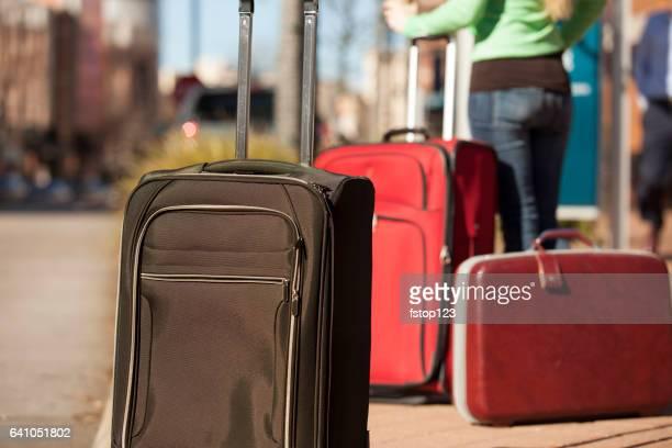 Femme voyageant au centre-ville avec des valises
