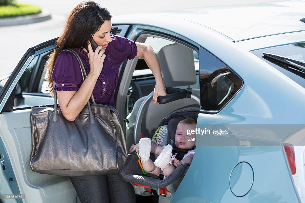 Femme voyageant avec des bébés sur le téléphone : Photo