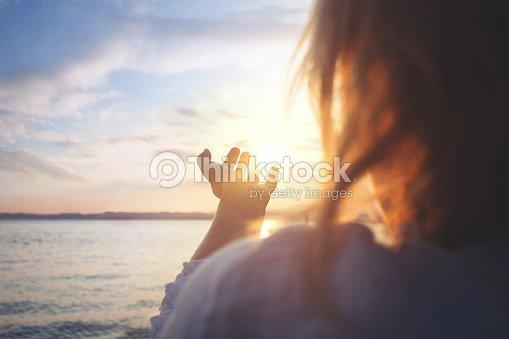 Mujer intentar tomar el sol : Foto de stock