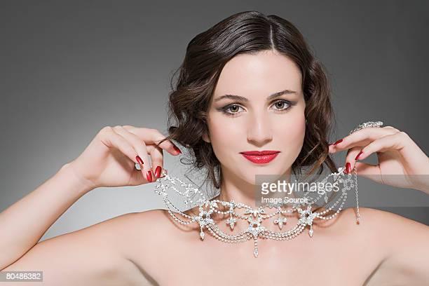 ている女性にダイヤモンドネックレス