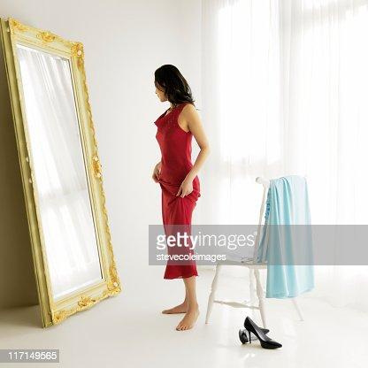 Frau versucht auf Abendkleidern
