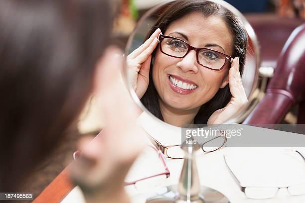 Mulher com óculos a tentar