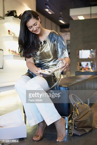 Woman trying on high heels : ストックフォト