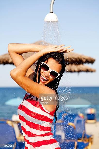 Strand Frau unter der Dusche