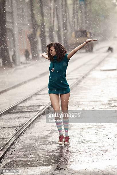 Frau unter Regen