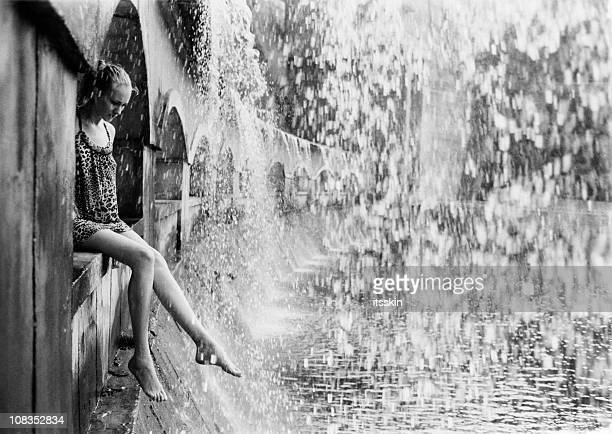 Frau unter einem Wasserfall