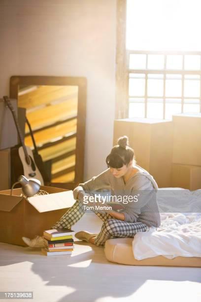 Femme déballage boîte à nouveau chez-vous