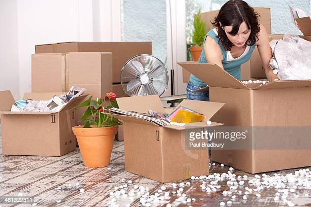 Frau Auspacken cardboard box