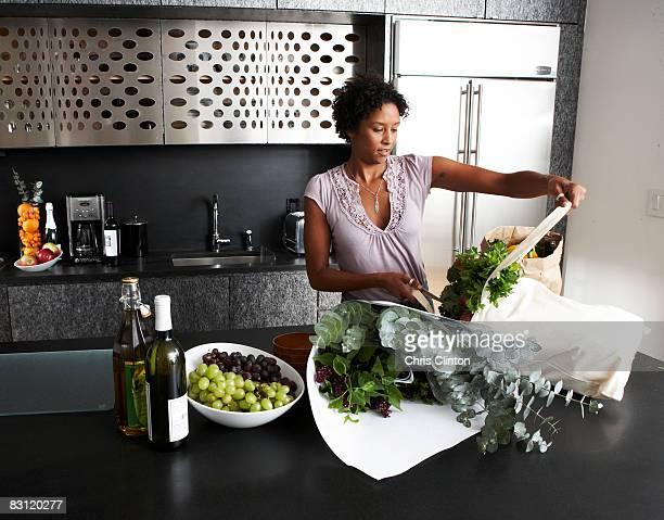 Frau Auspacken Lebensmittel in der modernen Küche
