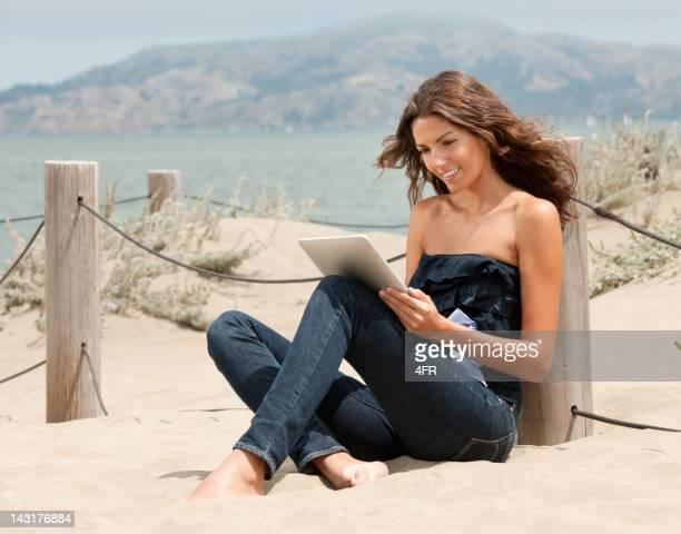 Femme à l'aide d'une tablette numérique moderne de Communication (XXXL