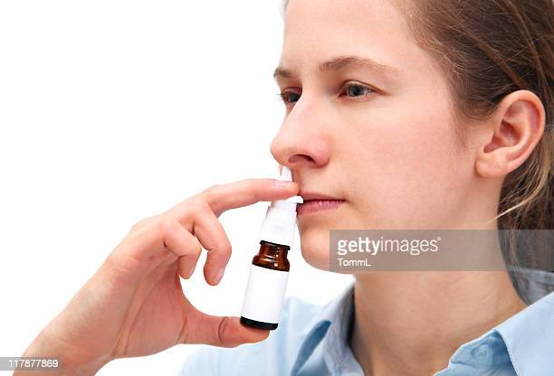 Frau mit einem Nasenspray