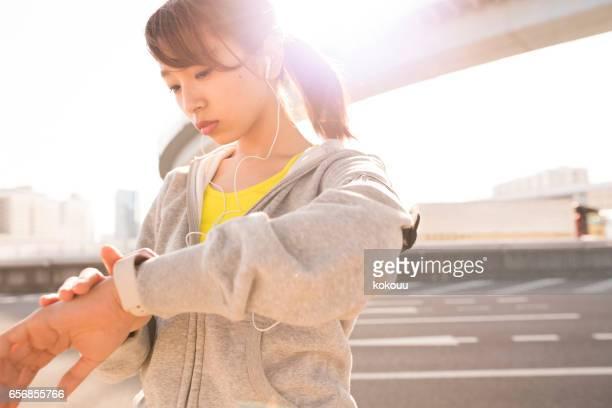 Une femme à l'aide d'une montre intelligente