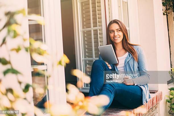 Femme à l'aide d'une tablette