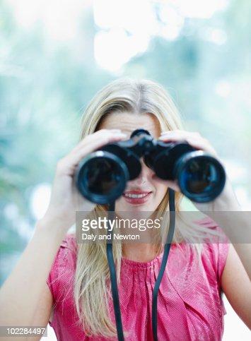 Woman using binoculars : Stockfoto