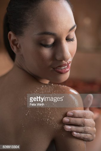 Woman using body scrub : Stock-Foto