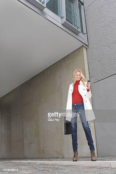 Femme à l'aide de téléphone portable sur la rue