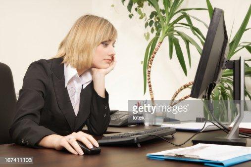コンピュータを使用して女性 : ストックフォト
