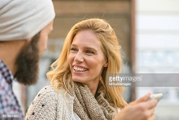 Frau mit digitalen tablet.