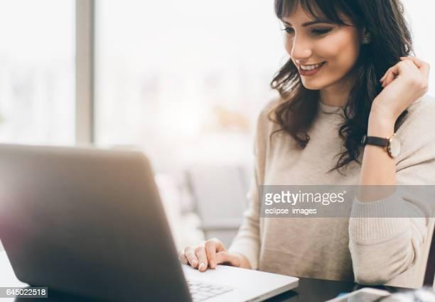 Frau mit Ihrem laptop