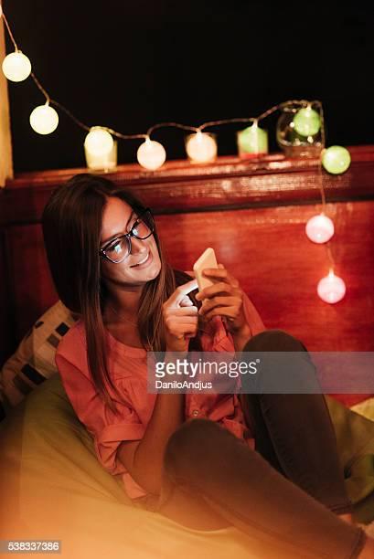 Femme se servant de son smartphone