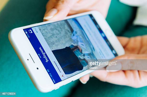 Mujer usando la aplicación Instagram on Apple iPhone 6