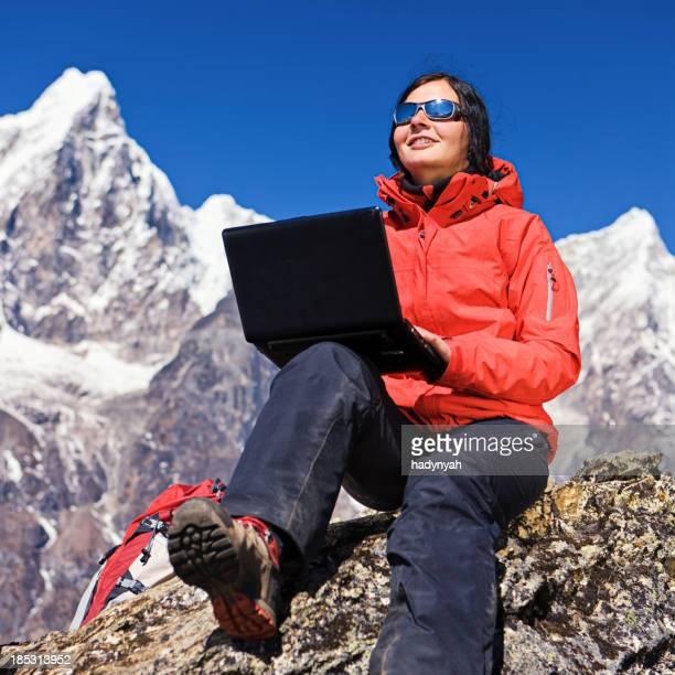Frau mit laptop in Mount Everest National Park, Nepal