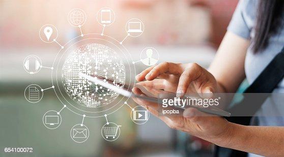 Frau, mit mobilen Zahlungen online-shopping und Symbol Kunde Netzwerkverbindung auf Bildschirm, m-Banking und Omni-Kanal : Stock-Foto
