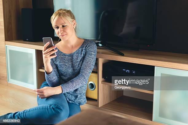 Mujer usando teléfono inteligente