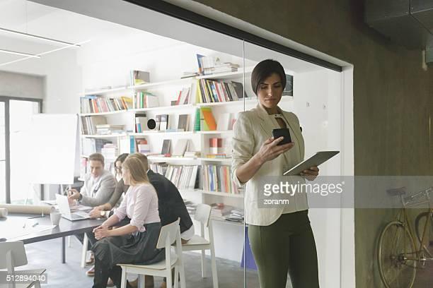 Femme à l'aide de téléphone mobile intelligent