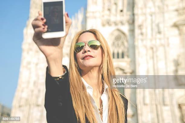 Femme à l'aide de Smartphone-Duomo, Milan, Italie