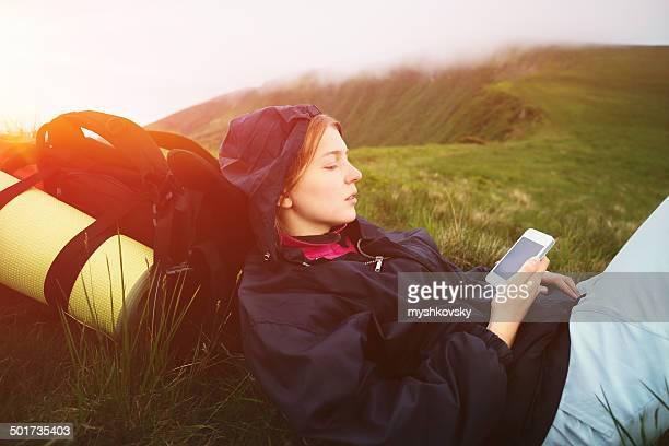 Femme à l'aide de smartphone dans les montagnes