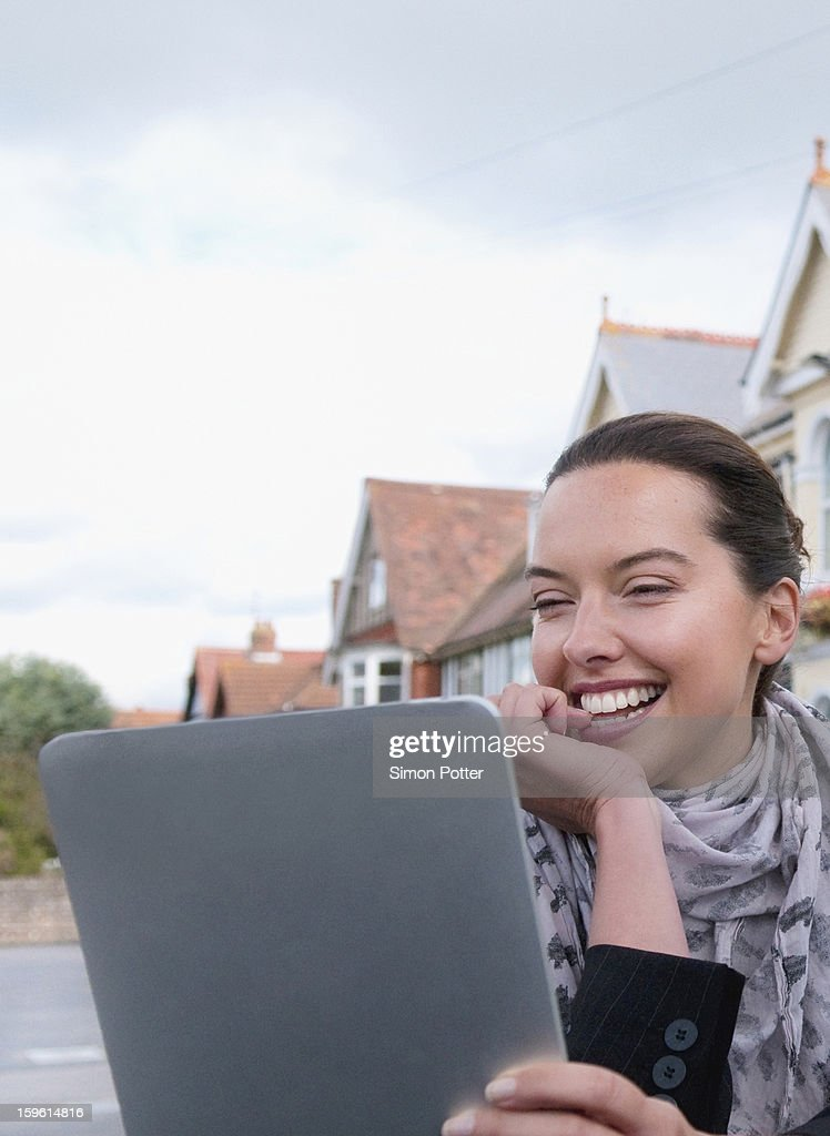 Woman using tablet computer outdoors : Foto de stock