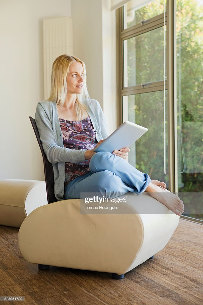 Woman using tablet pc at home : Stock-Foto