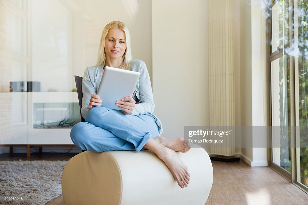 Woman using tablet pc at home : Foto de stock