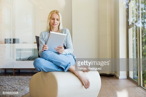 Woman using tablet pc at home : Stockfoto