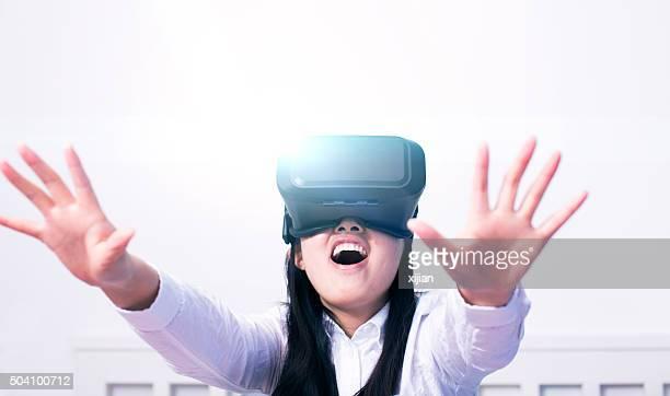Mulher usando auscultadores com microfone de realidade Virtual