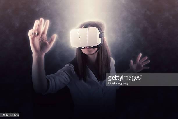 Femme à l'aide de casque de réalité virtuelle