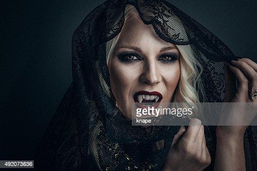 Woman 吸血鬼クリエイティブなメイクアップのハロウィーン