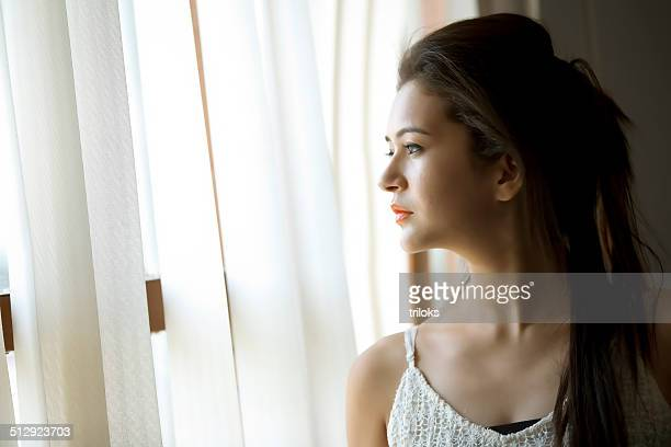 美しい女性の窓の外